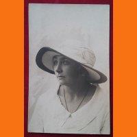 Открытка Дама в шляпе