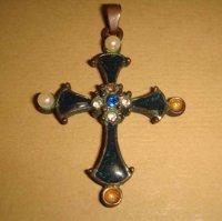 крестик , эмаль ,жемчуг.